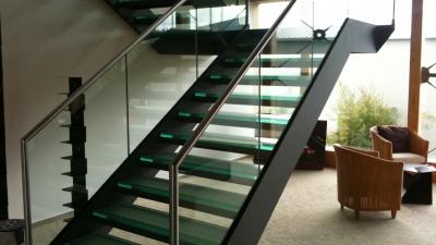 Escalier avec marches en verre