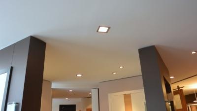 Faux-plafonds avec spots intégrés
